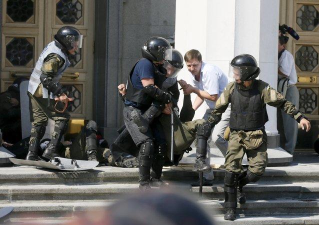 Militares ucranianos llevan un herido durante enfrentamientos junto a la sede del Parlamento ucraniano