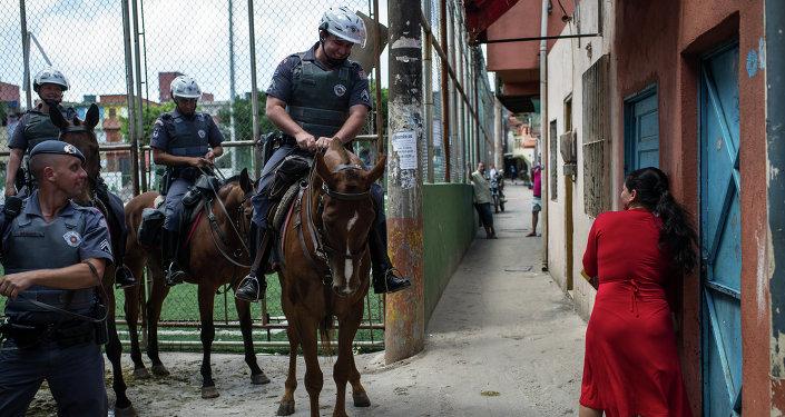 Una mujer habla con la policía en Sao Paolo, Brasil
