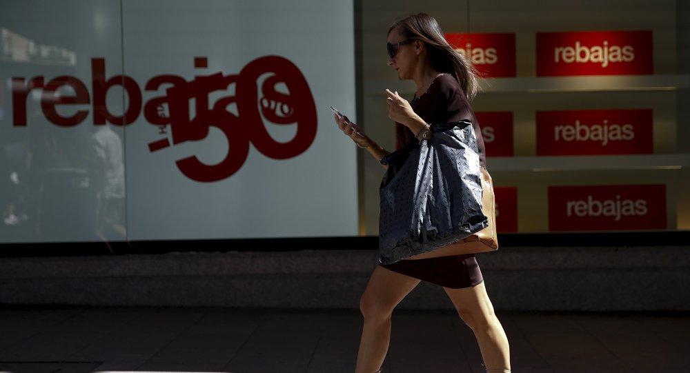 Una mujer pasa cerca una tienda en Madrid, España