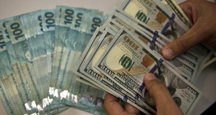 Billetes de real brasileño y de dólar norteamericano