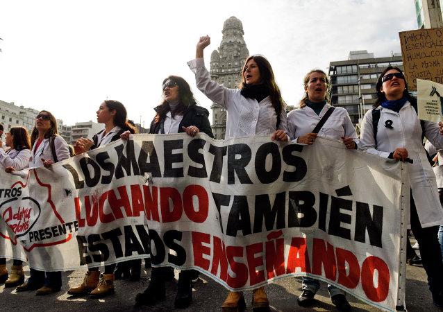 Los profesores protestan recortes de recursos