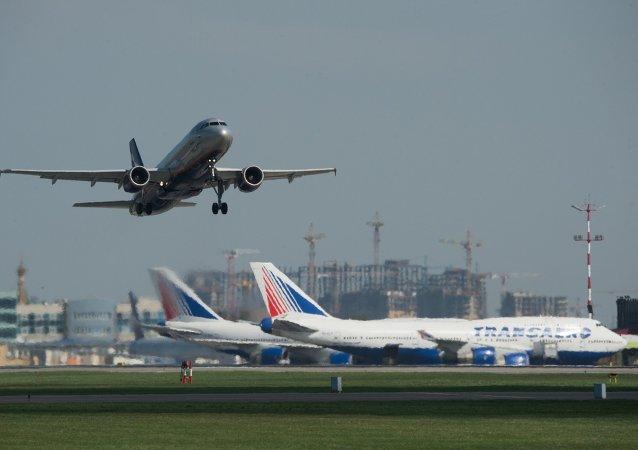 Avión en aeropuerto de Moscú