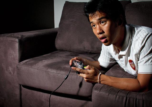 Un joven juega a la consola