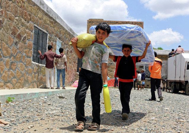 Niños yemeníes llevan la ayuda humanitaria