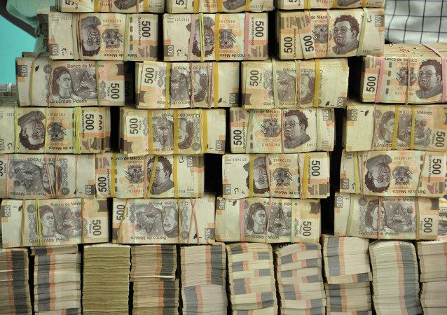 Fajos de billetes de 500 pesos en una oficina de ex funcionario del Estado