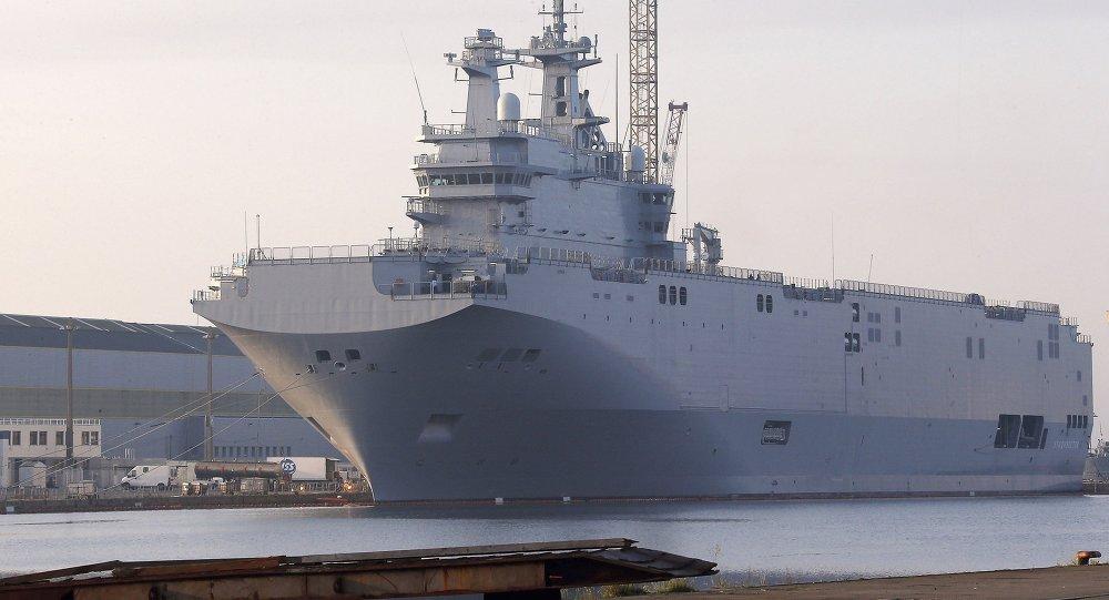 El buque de guerra Vladivostok, el primero de dos portahelicópteros de la clase Mistral en el puerto de Saint-Nazaire, Francia