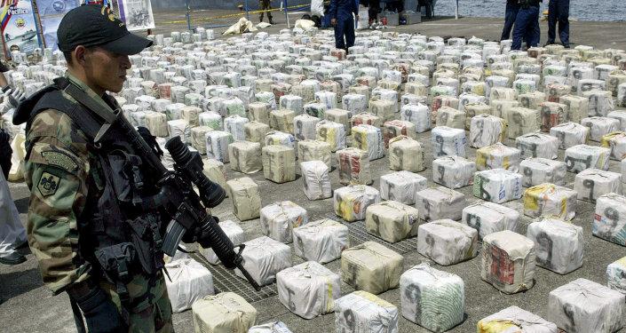 Soldado colombiano esta de guardia al lado de cocaína confiscada