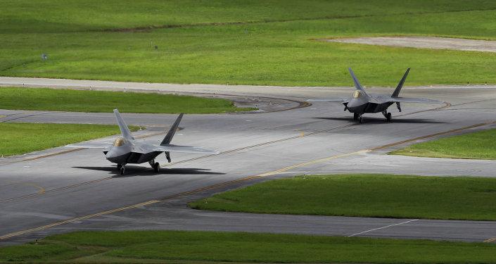 Cazas F-22 Raptor en la base militar Kadena