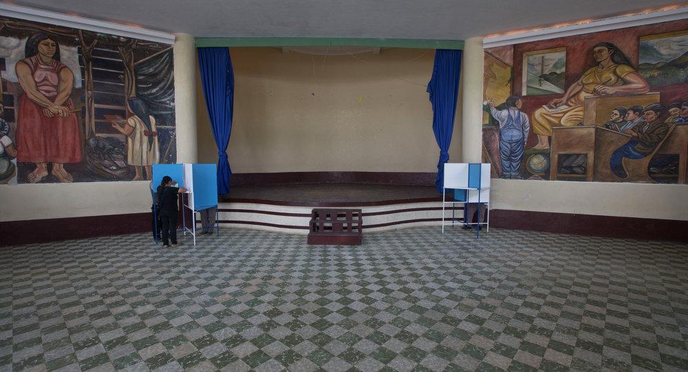 La gente vota en un centro de votación durante las elecciones generales en Mixco, Guatemala