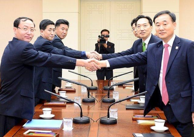 Representantes de ambas Coreas negocian las reuniones de familiares separados tras la guerra de Corea