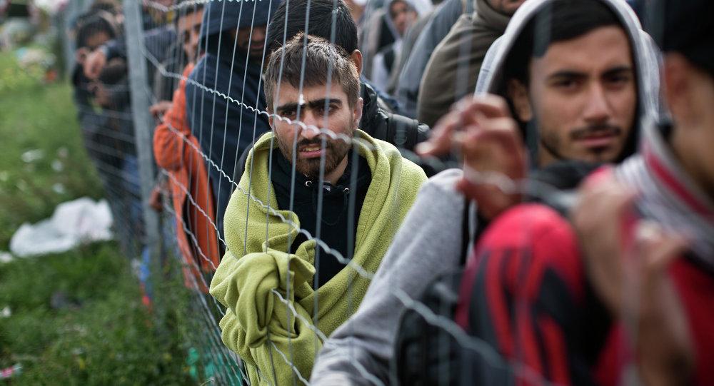 Refugiados esperan en una cola para subir a un autobús en Hegyeshalom, Hungría