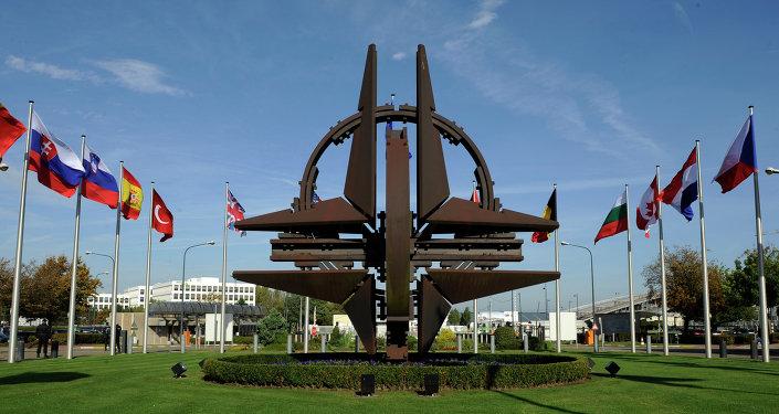 Emblema de la OTAN cerca de la sede en Bruselas, Bélgica