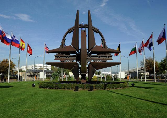 El logo de la OTAN enfrente de la sede de la alianza en Bruselas