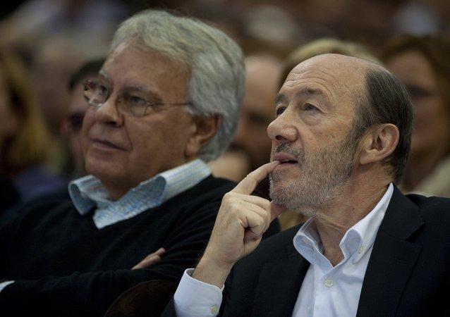 Felipe González, expresidente de España, y Alfredo Pérez Rubalcaba, exsecretario general del PSOE (archivo)