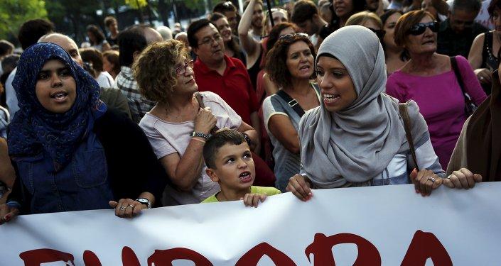 Manifestación conta política actual europea de reparto de refugiados en Madrid, España (archivo)