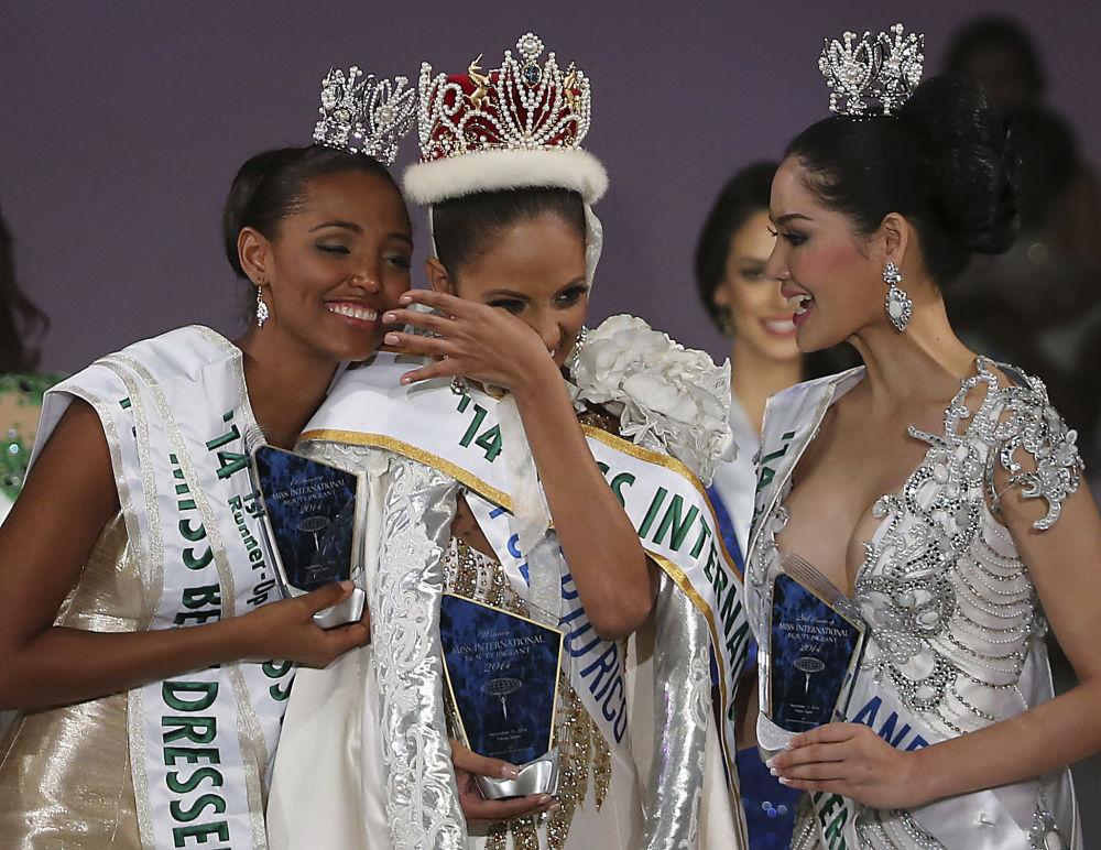 Las vencedoras en el concurso de belleza Miss International en Tokio: Mis Colombia, Miss Puerto Rico y Miss Tailandia, 2014