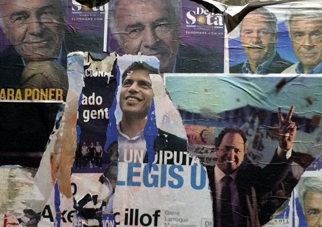 Pósteres promocionan los candidatos presidenciales en Buenos Aires