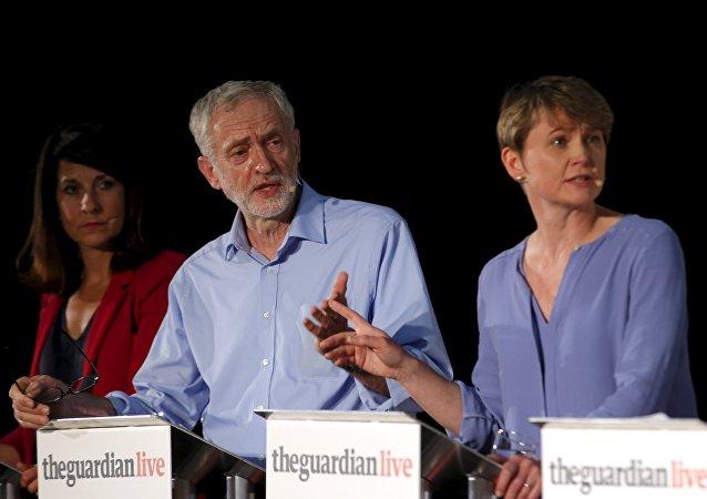 Liz Kendall, Jeremy Corbyn y Ivette Cooper durante el debate de liderazgo organizado por el periódico The Guardian