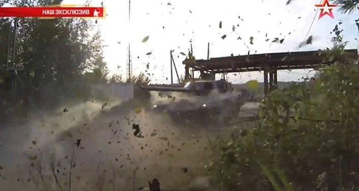 El carro de combate ruso Armata ataca un blanco