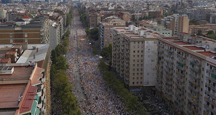 Gente han salido por la Avenida de la Meridiana, celebrando la Diada, Barcelona, Cataluña
