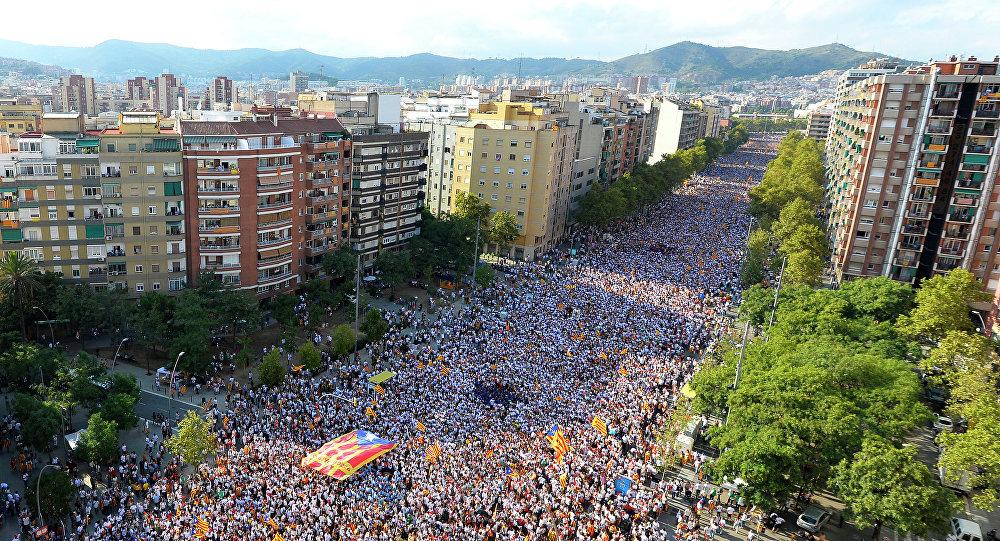 Partidarios de la independencia de Cataluña celebran la Diada en la Avenida de la Meridiana, Barcalona
