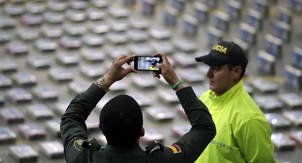 Policía toma fotos de paquetes de cocaína presentados por la Policía para la prensa en Bogota, Colombia