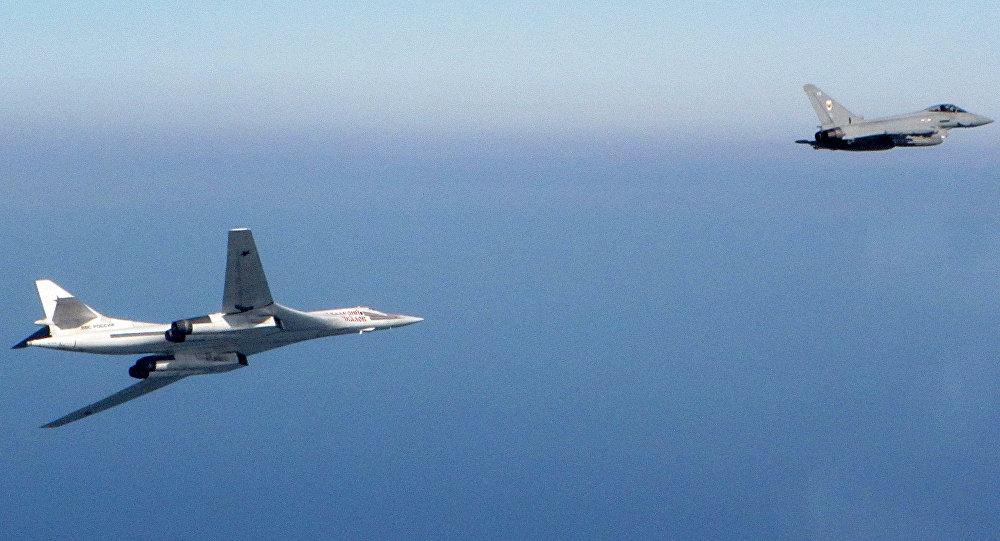Bombardero estratégico ruso Tu-160 y caza typhoon de la RAF