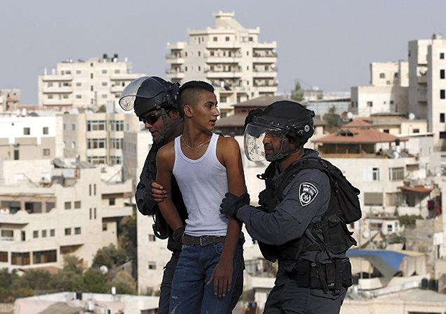 Policíacos israelíes arrestan a un joven palestino