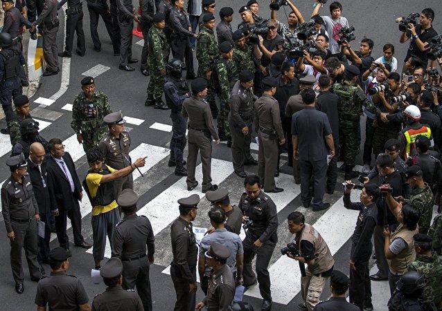 Policía y un sospechoso cerca del lugar del atentado en Bangkok