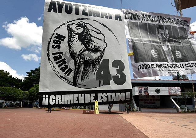 Los pósters de los manifestantes que exigen la justicia en el Caso Ayotzinapa en Plaza Zocalo en Iguala