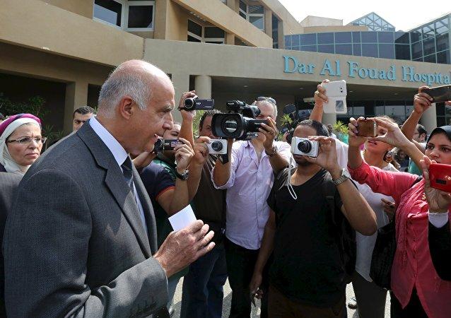 Khaled Rami, ministro de Turismo de Egipto, habla con periodistas después de visitar los turistas heridos en el hospital, el 14 de septiembre, 2015