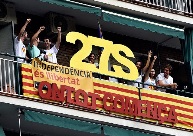 Celebración de la Diada en Barcelona. El póster dice «El 27 de septiembre todo empieza».