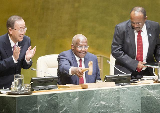 Sam Kutesa (centro), presidente de la sesión 69  de la Asamblea General de la ONU con secretario general Ban Ki-moon (izda.) y secretario General de la Asamblea General y de Gestión de Conferencias, Tegegnework Gettu
