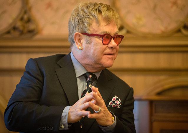Elton John durante un encuentro con presidente de Ucrania, Petró Poroshenko