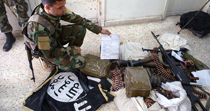Militares sirios examinan las armas confiscadas de los militantes de EI