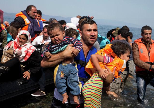 Refugiados sirios desembarcan a la isla Lesbos en Grecia