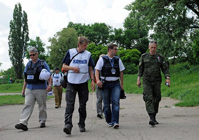 Representantes de la OSCE y un miliciano de la RPD en Donetsk