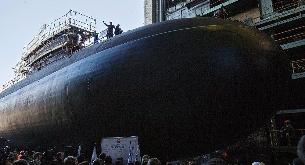 Lanzamiento del submarino Krasnodar en San Petersburgo, Rusia