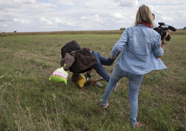 Refugiados sirios atacados por la periodista húngara