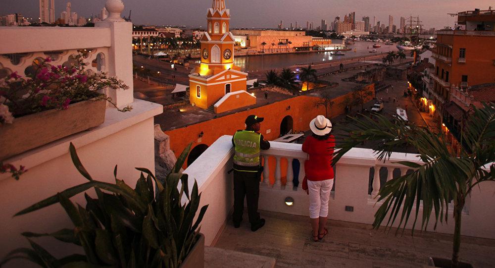 Un policía colombiano y un turista en Cartagena de Indias