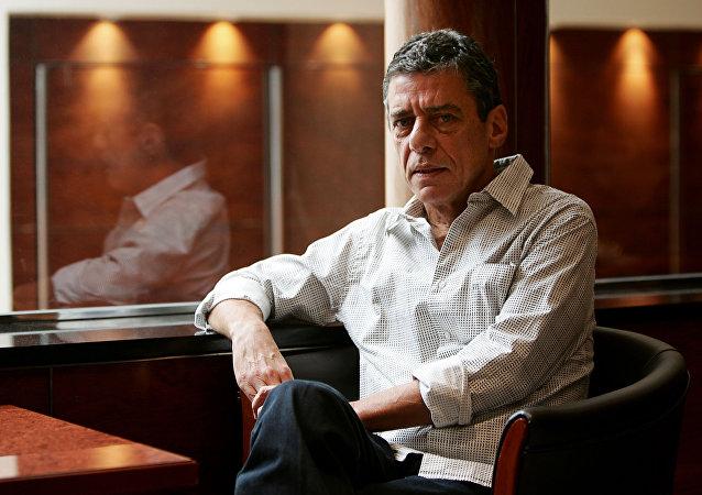 Chico Buarque de Hollanda, cantante y compositor brasileño