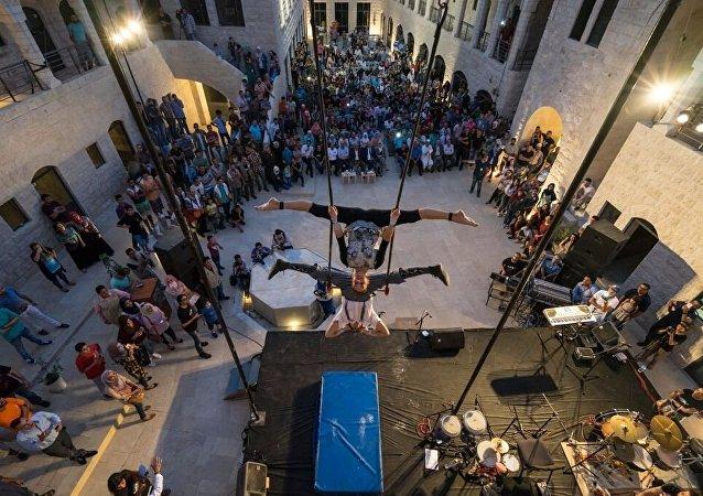 Dos acróbatas actúan en el teatro de Nablus, en el marco del Festiclown 2015