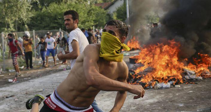 Choques entre inmigrantes y policías en la frontera serbio-húngara
