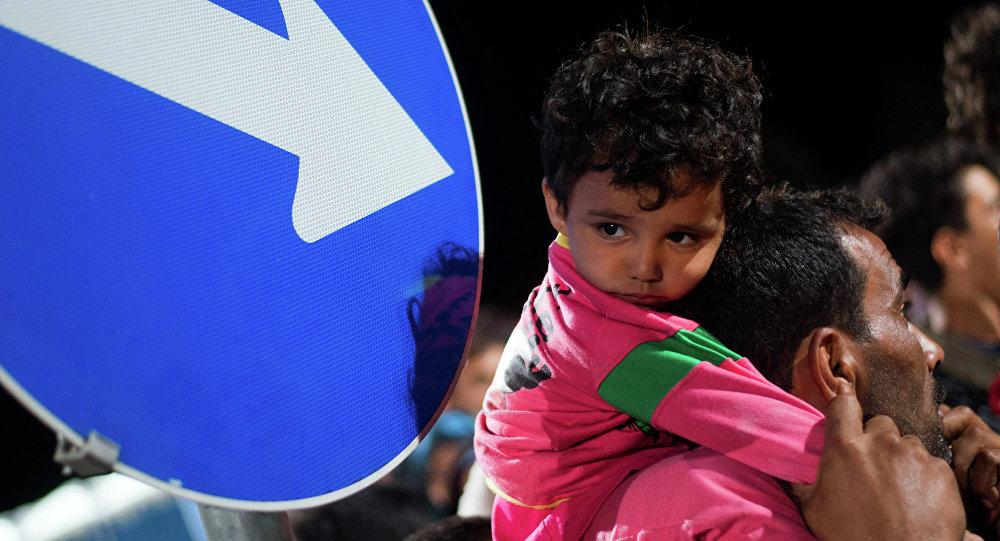 Refugiados esperan en una cola (archivo)