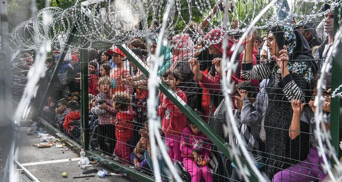 Refugiados en la frontera de Hungría con Serbia cerca del pueblo de Horgos
