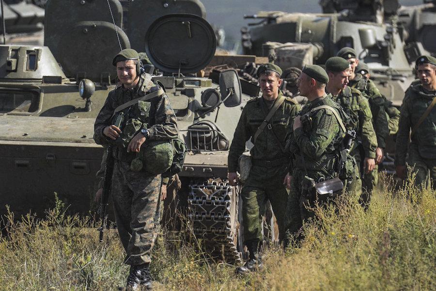 Ejercicios Tsentr-2015: tiro con fuego real y vehículos blindados en marcha