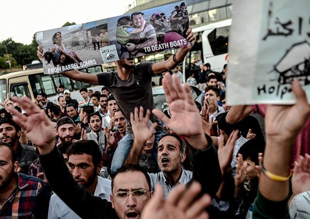 Refugiados esperando a autobúses a la frontera turco-griega en Estambul