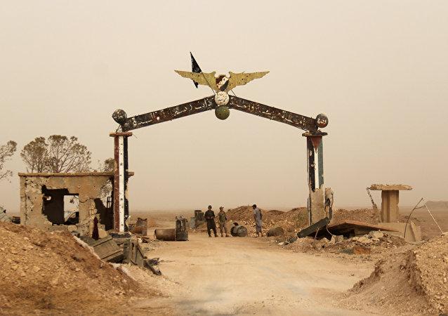 Miembros de Al Qaeda y sus aliados están cerca de la entrada del base aérea Abu al Duhur, Siria