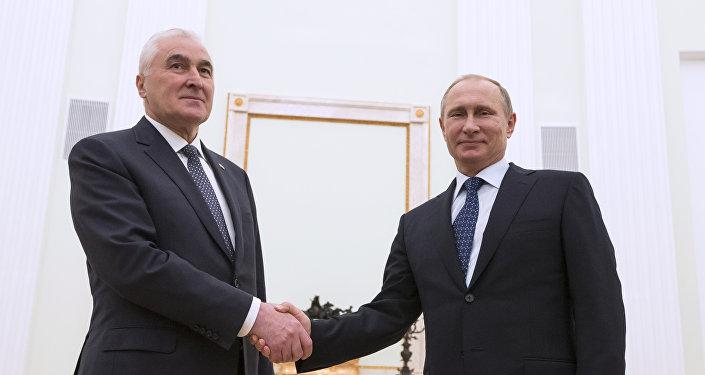 Presidente de Osetia del Sur, Leoníd Tibílov (izda.) y presidente de Rusia, Vladímir Putin (archivo)