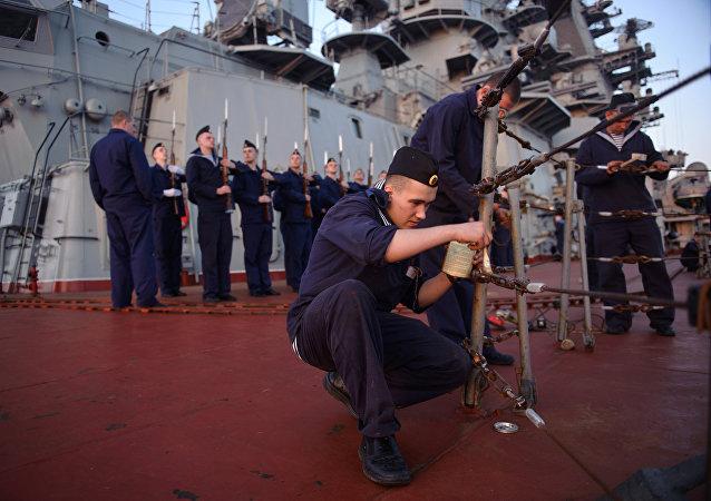 Marineros del crucero portamisiles nucleares Pedro el Grande en Tartus